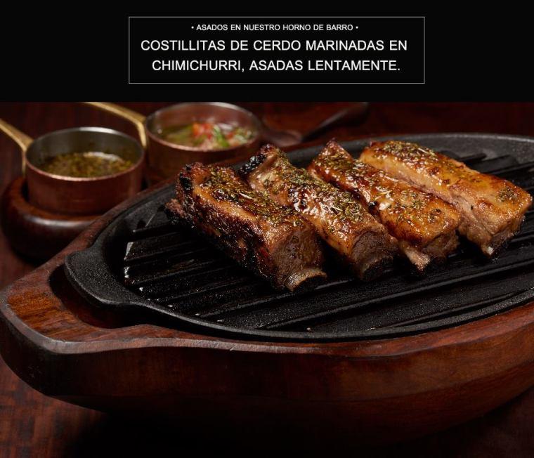 Costillitas de cerdo marinadas en chimichurri, asadas lentamente.